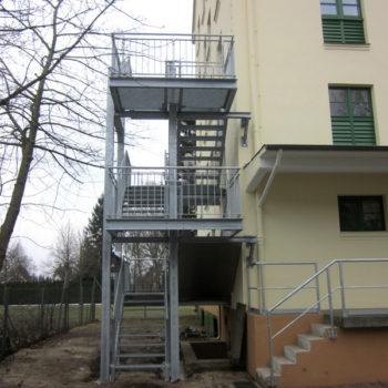 Außentreppe als Fluchttreppe und einfaches Rampengeländer als Absturzsicherung