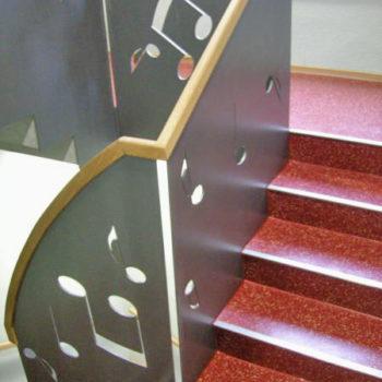 Treppengeländer mit Blechfüllung und Holzhandlauf