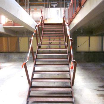 Einläufige Stahltreppe mit Zwischenpodest und Treppengeländer mit Doppelpfosten