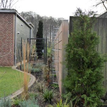 Edelstahlpfosten mit Rankhilfen für Holzzaun